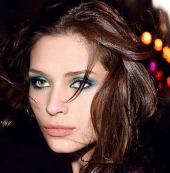 Maquillage yeux avec une robe verte
